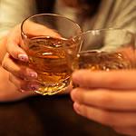 女性の飲み物に「Drop -EX-」を数滴入れる